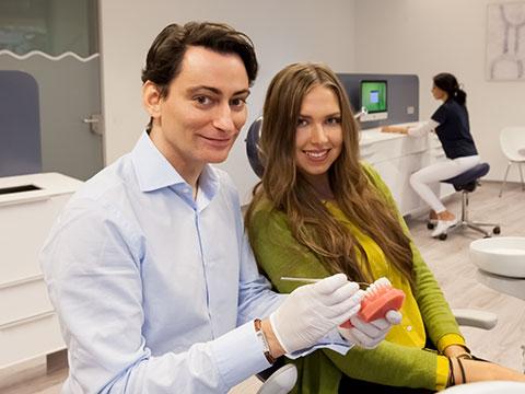 Kieferorthopäde Dr. Michael Knösel bei Beratung mit einer Patientin